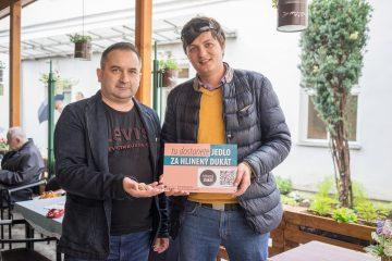 Vprevádzkach srýchlym občerstvením Vladimíra Tibenského (vľavo) si môžu ľudia vnúdzi zakúpiť za dukát teplé jedlo. Na fotke skoordinátorom projektu Igorom Strýčkom zTACH.